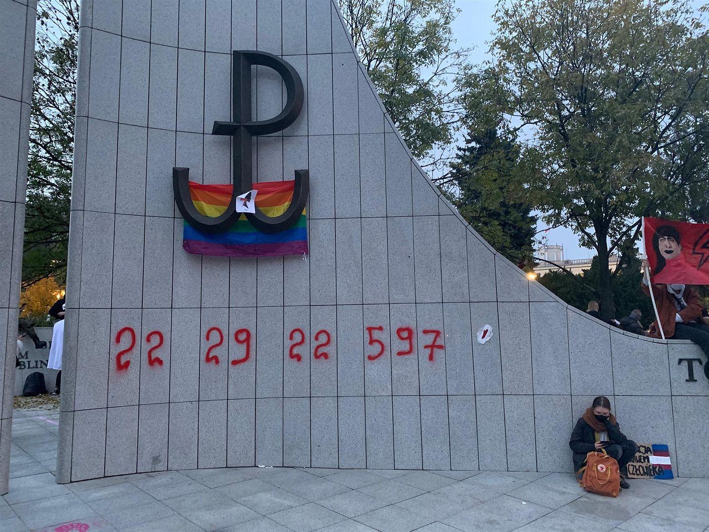 Strajk kobiet. Kolejny dzień protestów. Pomnik Armii Krajowej zdewastowany  - WP Wiadomości