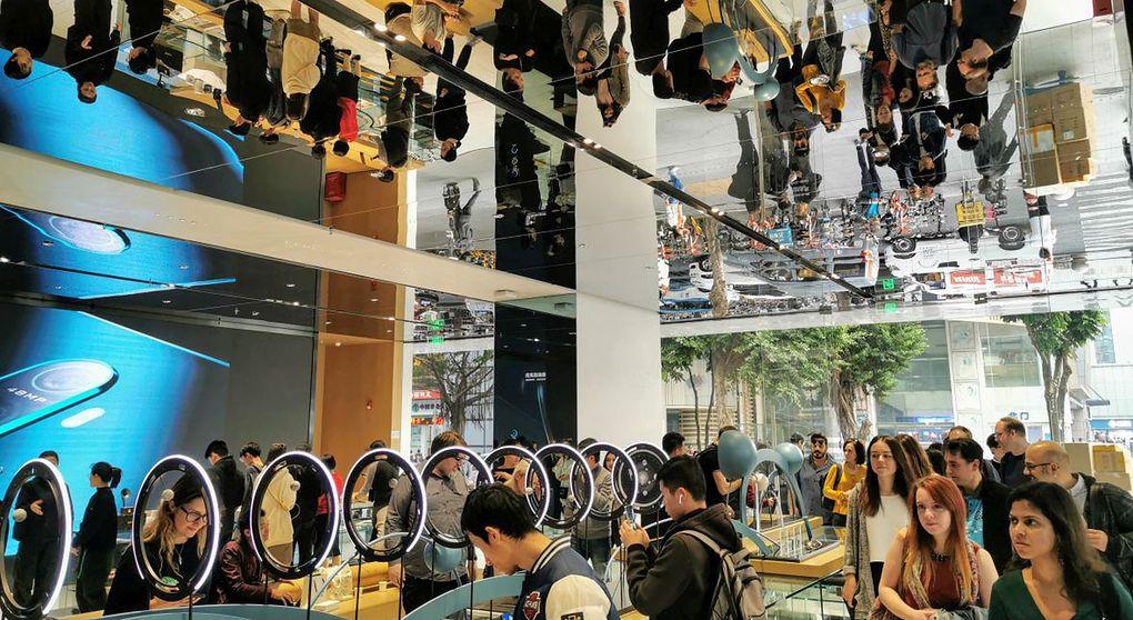 Chińskie sklepy z elektroniką są jak pełnoprawne centra rozrywki. Na zdjęciu flagowy sklep firmy Oppo w Shenzen