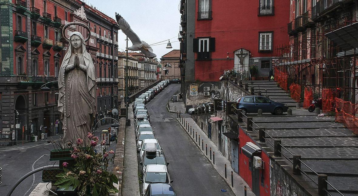 Widok na pustą ulicę Saint Teresa w Neapolu. Włochów już nikt nie musi przekonywać do samoizolacji