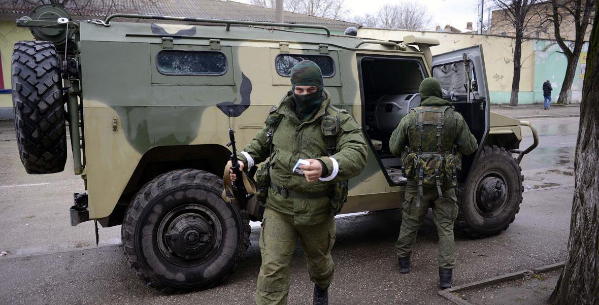 """Marzec 2014 roku. """"Zielone ludziki"""", czyli nieoznakowani rosyjscy żołnierze, nie byli jedyna siłą, którą Putin wykorzystał w czasie aneksji Krymu. Moskwa sięgnęła również po bandytów w niedobranych mundurach polowych i czerwonych opaskach na ramieniu, ale za to często ściskających w dłoni nowiutkie karabiny szturmowe"""