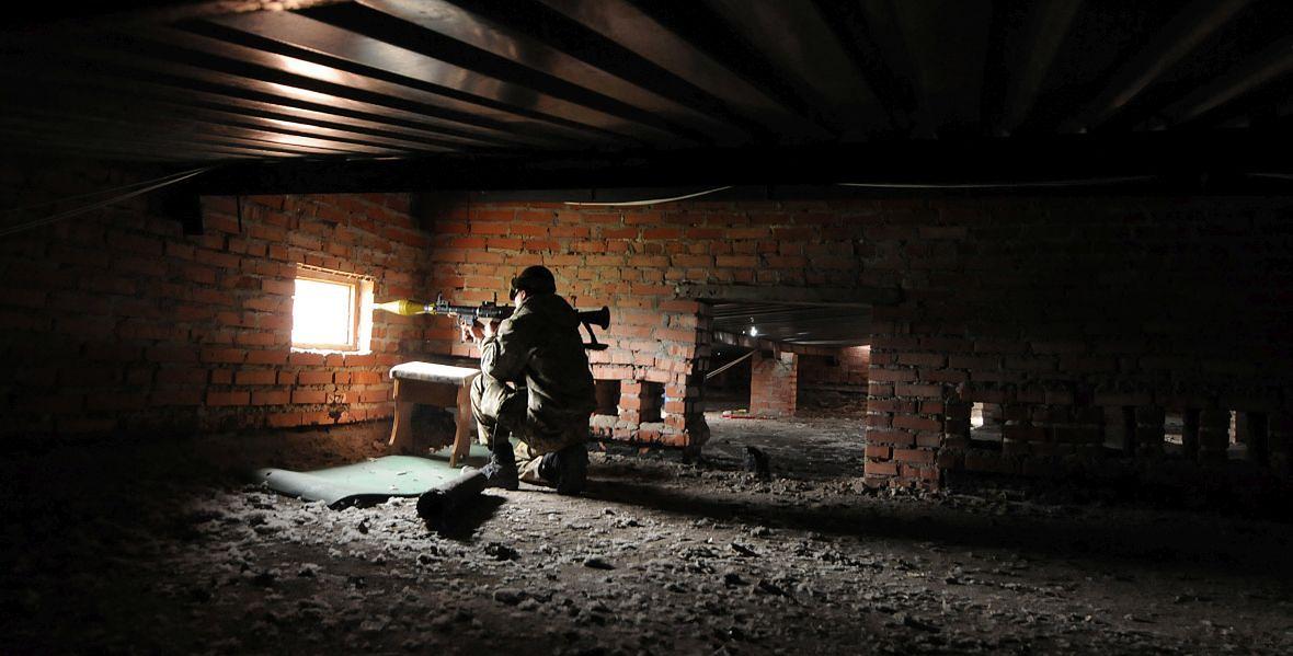 Maj 2015 roku. Walki w Donbasie. Rosja zwerbowała przestępców i kombinatorów. Uzbrojono ich i zaangażowano w brudny, nieostry konflikt przebiegający na terenie utartych szlaków przemytniczych