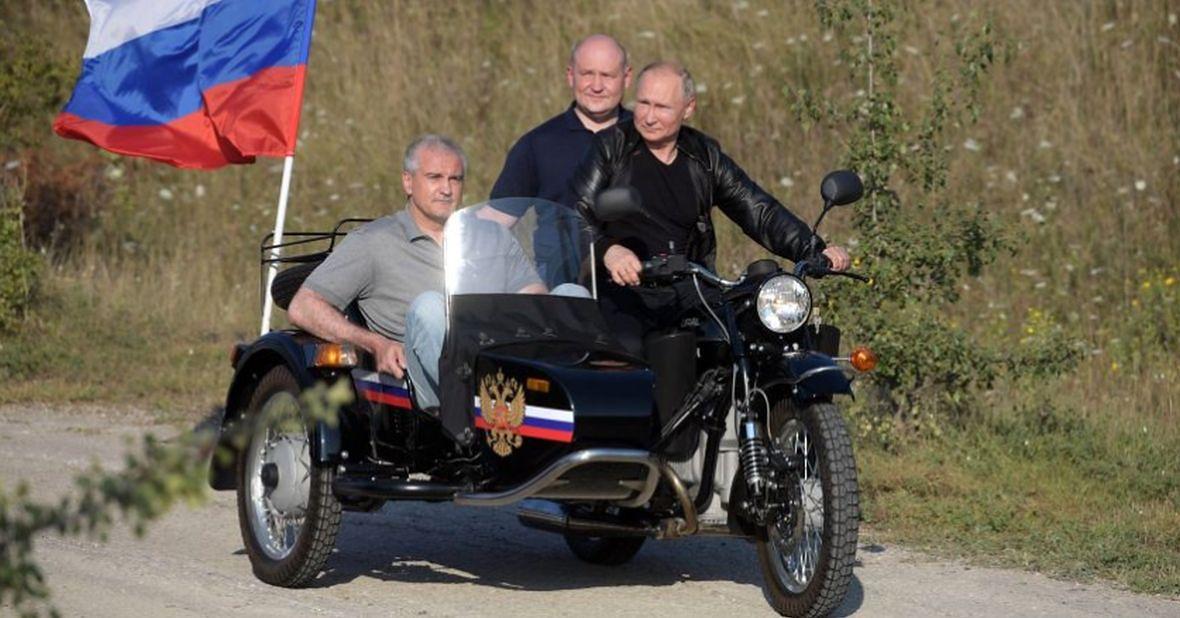 Sierpień 2019 roku. Prezydent Władimir Putin wizytuje Sewastopol. W wózku motocykla siedzi premier okupowanego Krymu Siergiej Aksionow podejrzewany o worowską przeszłość