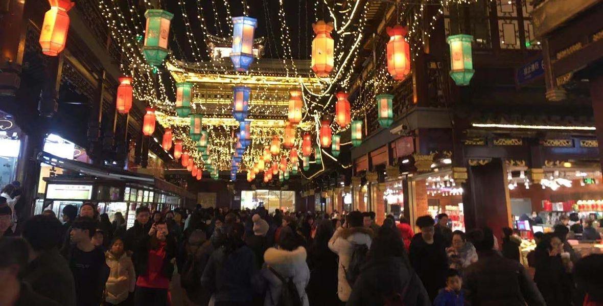 Ostatnie godziny, kiedy ludzie przechadzają się po mieście bez masek. 19 stycznia 2020 roku. Ogrody Yuyuan w Szanghaju.