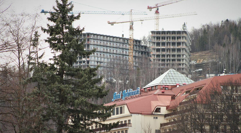 """Dotychczas to """"Gołębiewski"""" (na pierwszym planie) był największy w Wiśle. Rosnący konkurent góruje nad nim gabarytami i położeniem"""