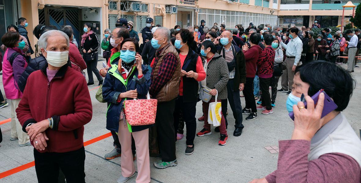 Starsi ludzie w kolejce po maseczki. Hongkong, 7 lutego 2020 roku