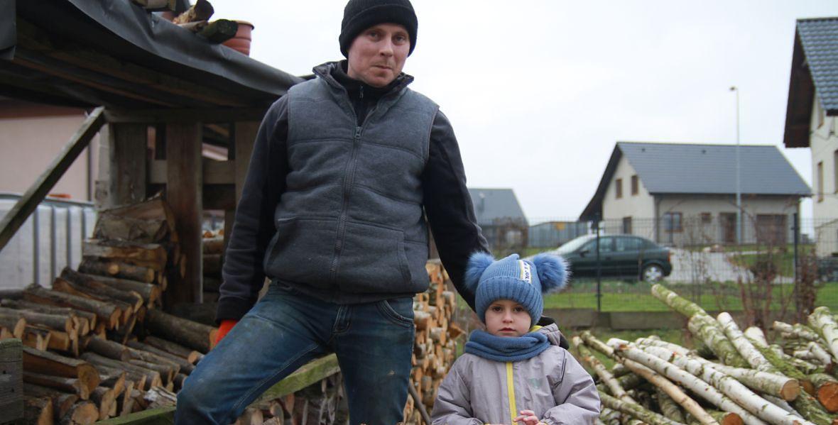 Pan Krzysztof z synem Błażejem. Jeśli chłopcu czegoś brakuje w wiosce, to drzew