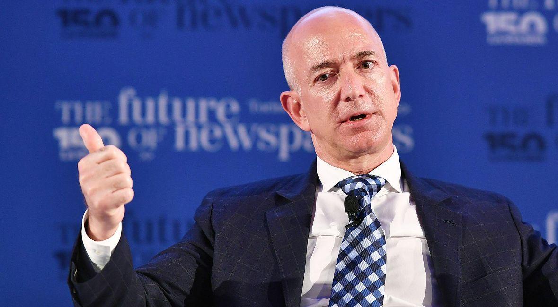 Jeff Bezos, kontrowersyjny szef firmy Amazon.com, Inc., jeden z najbogatszych ludzi na świecie. 21 czerwca 2017 r., Turyn, Włochy.