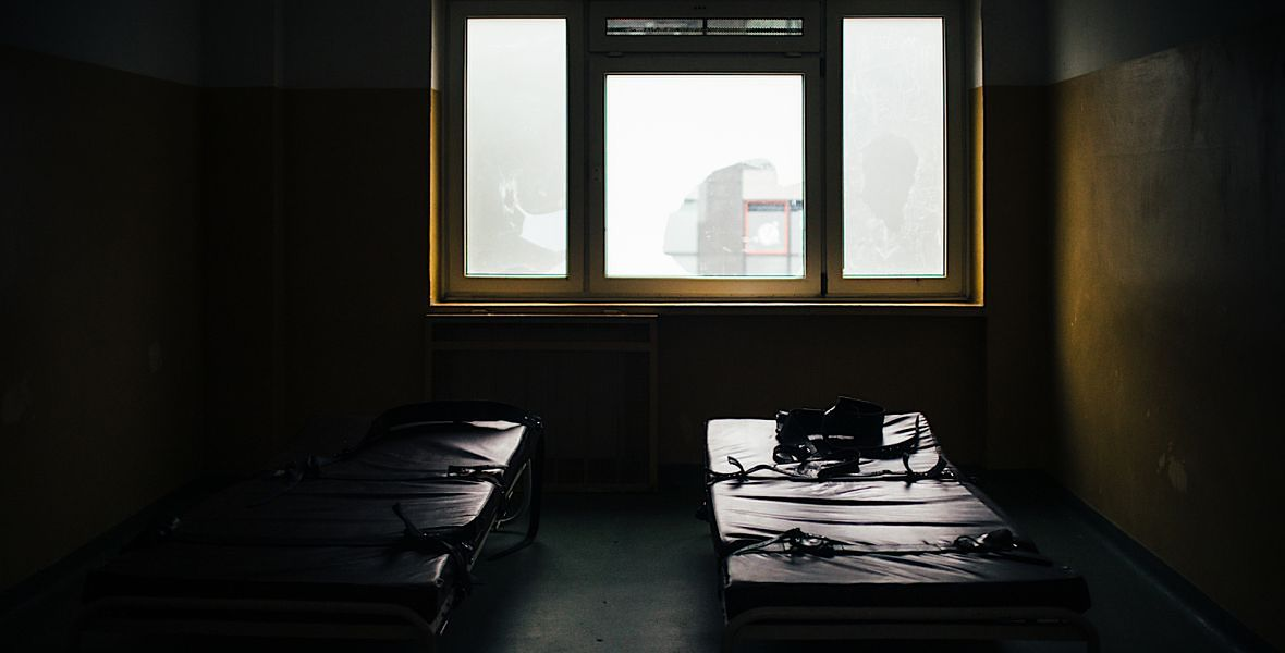 Jeśli ktoś wyjątkowo się rzuca, stanowi zagrożenie dla innych, przypina się go pasami do specjalnych łóżek