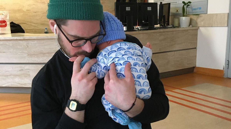 Trzy dni po narodzinach. Jędrek po raz pierwszy widzi swojego synka