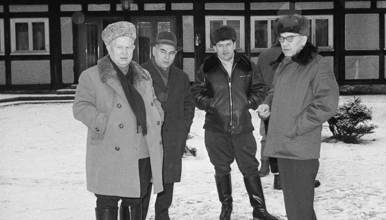 Wizyta Nikity Chruszczowa (z lewej) w Polsce. Radziecki dygnitarz polował w Łańsku w towarzystwie m.in. I sekretarz KC PZPR Władysław Gomułka (z prawej). Styczeń 1964 roku