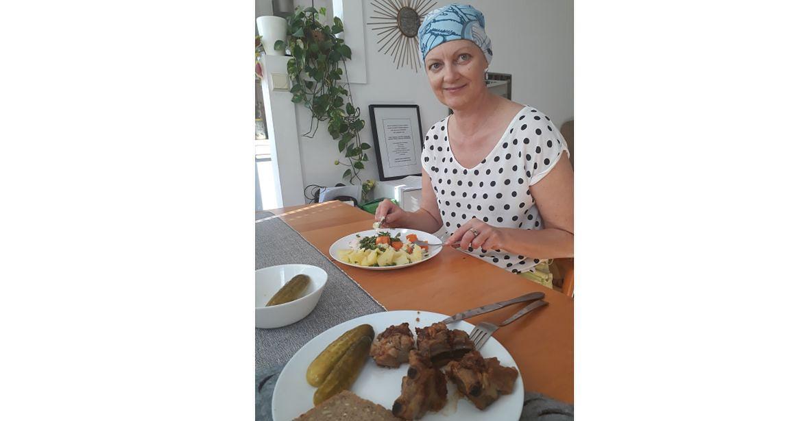 Anna przygotowuje dwa obiady. Dla siebie dietetyczny i drugi, z mięsem, dla syna