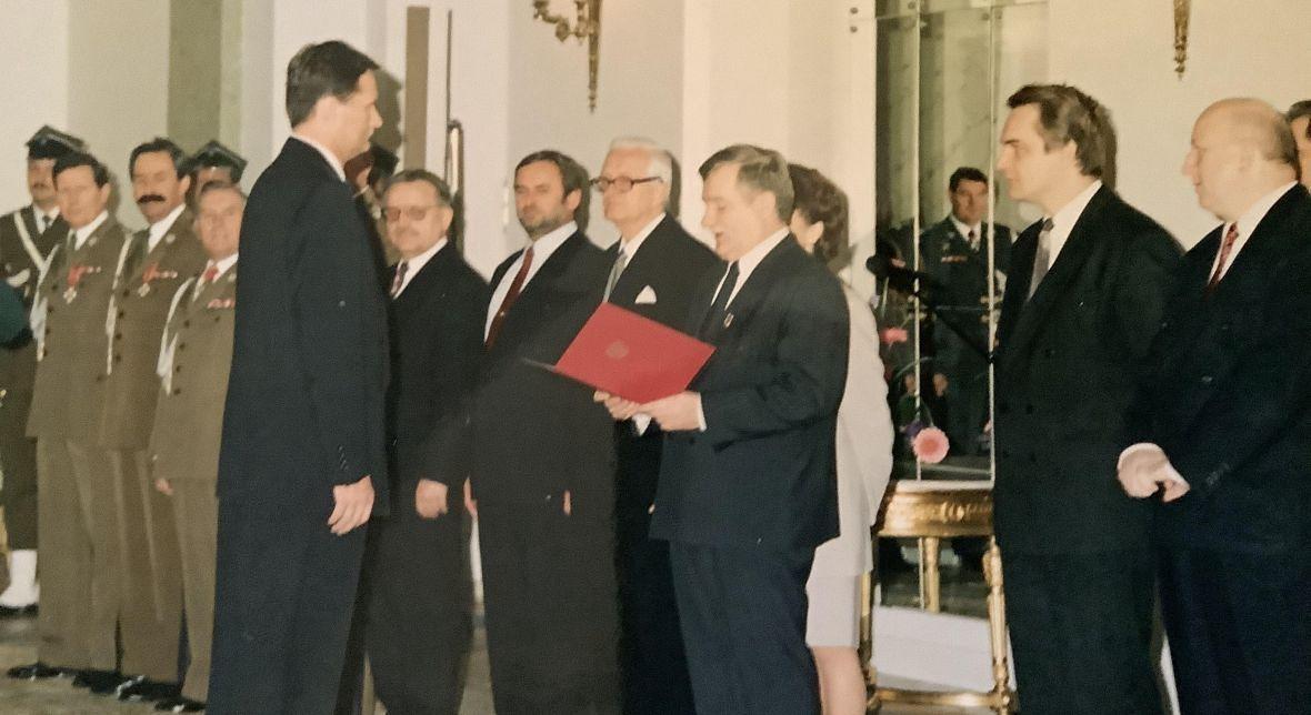 Gromosław Czempiński odbiera nominację na stopień generała brygady. Warszawa, rok 1994