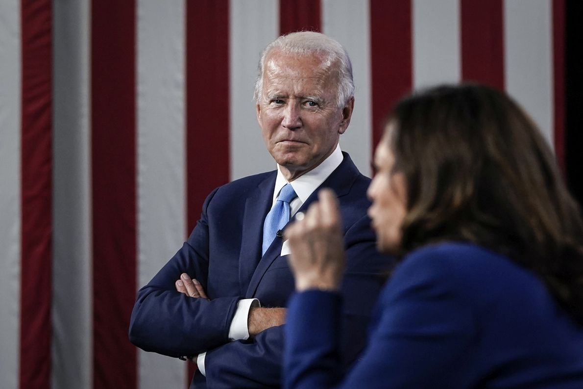 Kandydat na prezydenta USA, Joe Biden, słucha przemówienia Kamali Harris