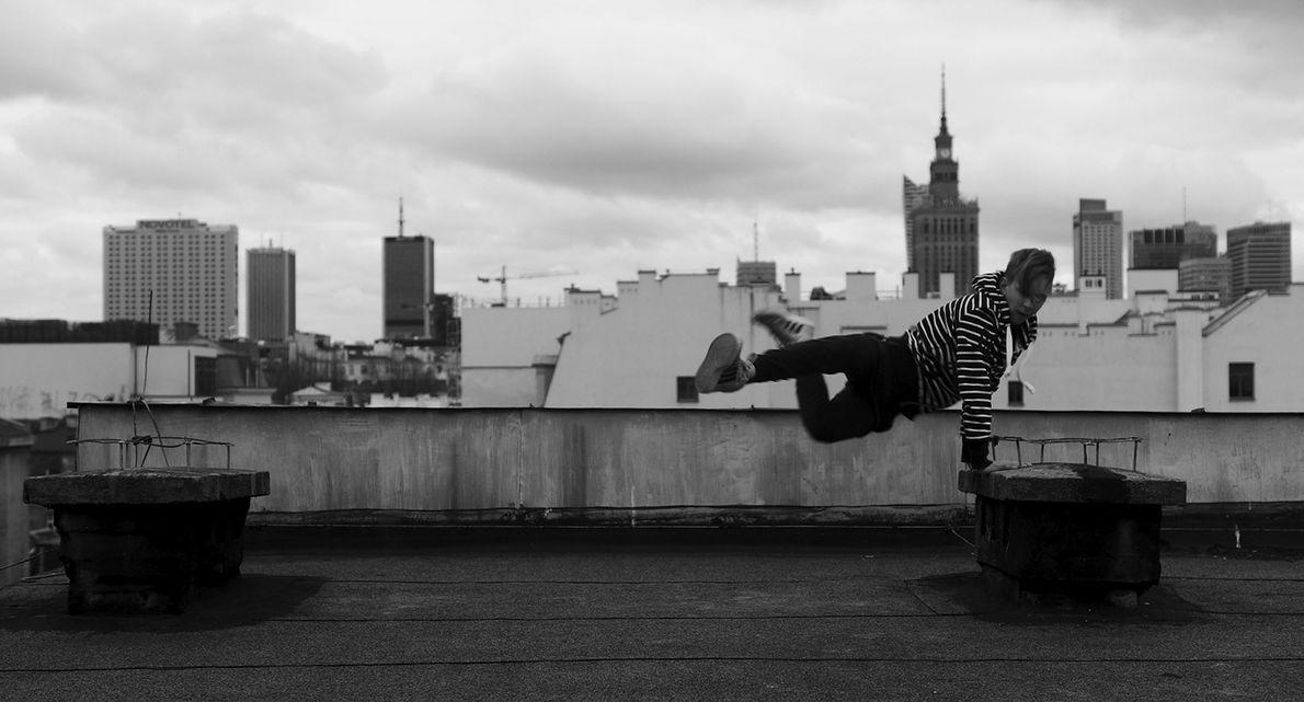 """Kadr ze spotu fundacji. Na dachu tańczy podopieczny """"Omulewskiej"""", Rafał"""
