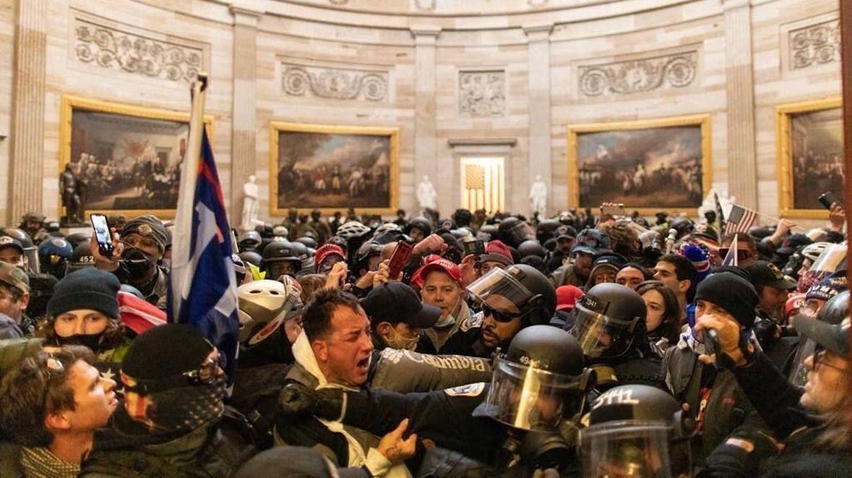 Starcie z policją wewnątrz Kapitolu. 6 stycznia 2021 roku