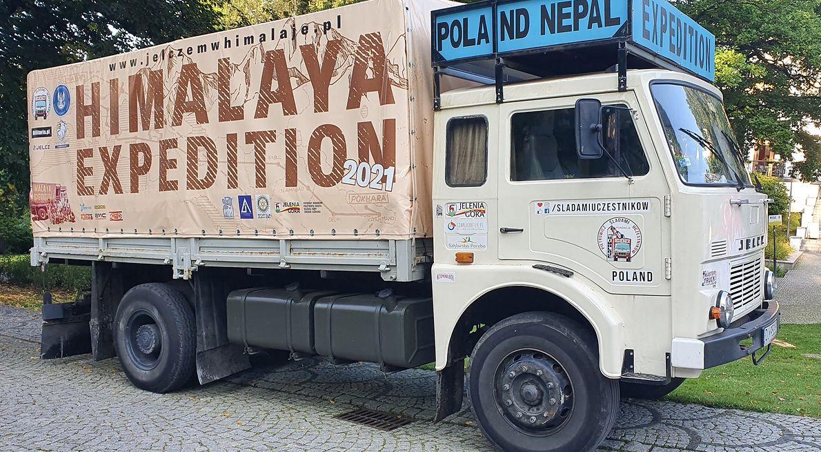 Nepalscy tragarze niosą polski sprzęt do bazy w Himalajach. Tony bagażu niosło nierzadko kilkaset osób. Zdjęcie z archiwum Bogdana Dejnarowicza