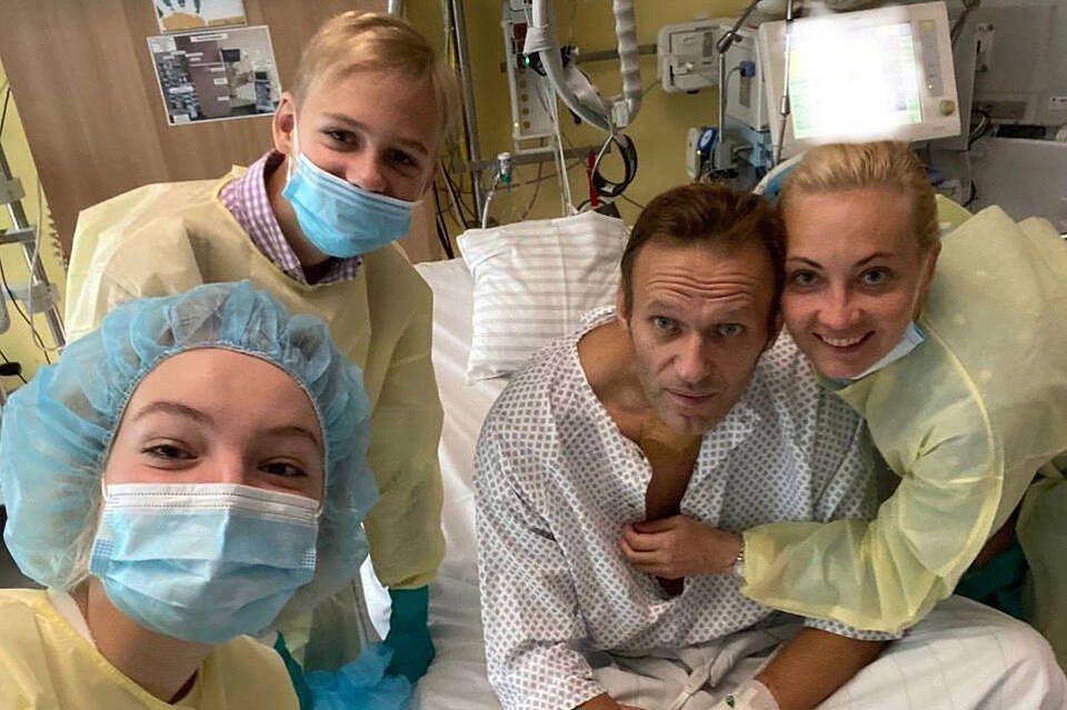 15 września 2020 r. Od lewej: Daria Nawalny, jej brat Zahar, ich ojciec Aleksiej Nawalny i jego żona Julia w szpitalu w Berlinie po tym, jak lekarze uratowali życie rosyjskiego opozycjonisty