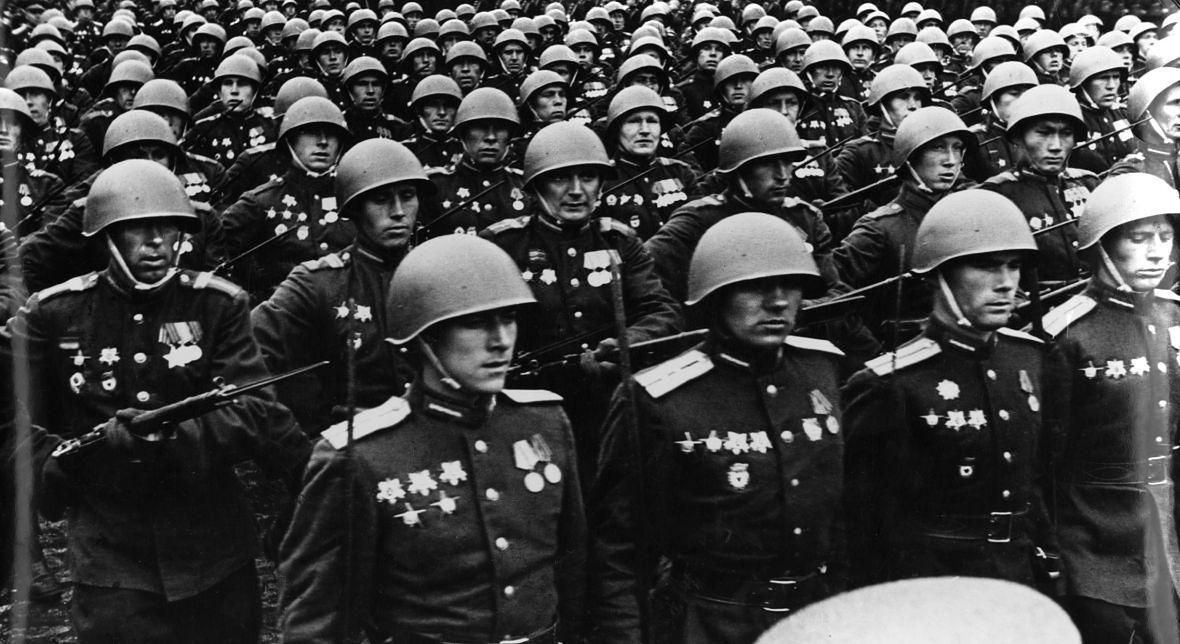 """Defilada zwycięstwa. Moskwa 1945 rok. Czy wśród świętujących znajdowali się ci """"wyzwalający"""" Borucino?"""