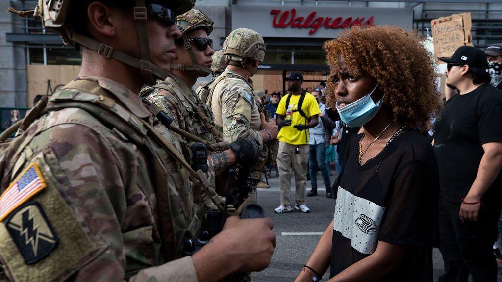 Los Angeles. Protestująca rozmawia z żołnierzami Gwardii Narodowej
