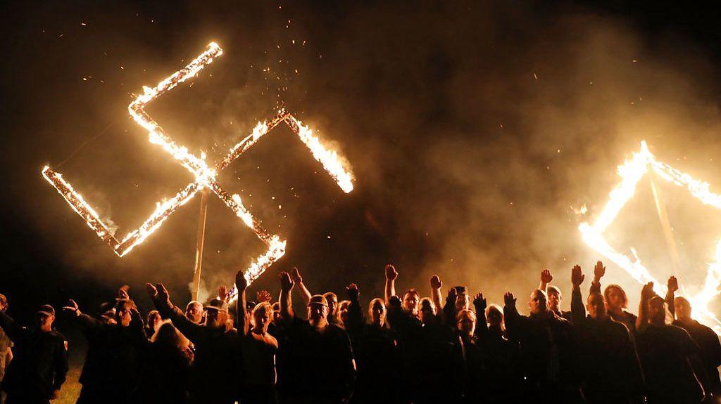 21 kwietnia 2018, Draktown, stan Georgia. Amerykańscy neonaziści na tle płonącej swastyki