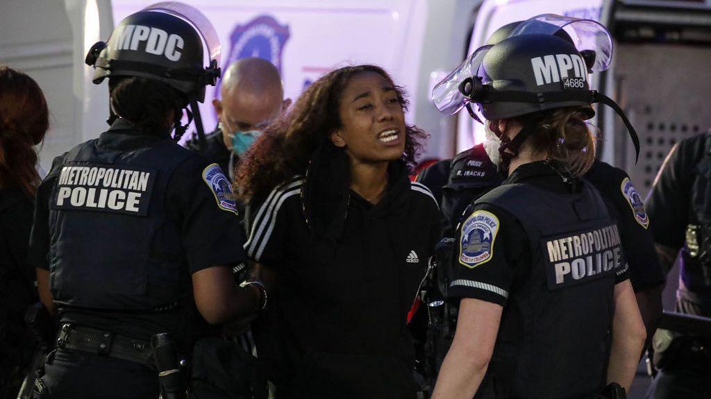 Młoda dziewczyna aresztowana za złamanie godziny policyjnej