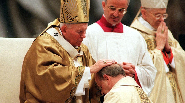 Jan Paweł II udziela w Bazylice św. Piotra w Watykanie święceń trzem nowo mianowanym przez siebie biskupom, m.in. swemu osobistemu sekretarzowi, ks. Stanisławowi Dziwiszowi. 19 marca 1998 roku
