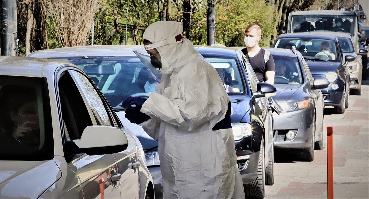 """20.04.2020 r., Łódź. Kolejka samochodów do mobilnego punktu """"Diagnostyka"""", wykonującego testy na zakażenie koronawirusem"""