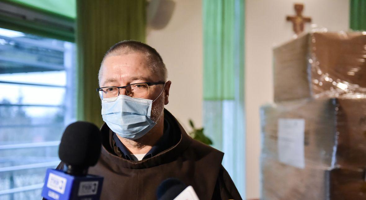 Ojciec Filip Buczyński podczas przekazania środków ochrony osobistej oraz sprzętu zakupionego ze środków europejskich dla Lubelskiego Hospicjum dla Dzieci im. Małego Księcia. Grudzień 2020 roku