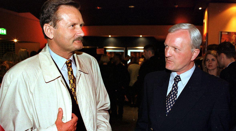 """Gen. Gromosław Czempiński i gen. Tadeusz Wilecki na premierze filmu """"Operacja Samum"""". Rok 1999."""