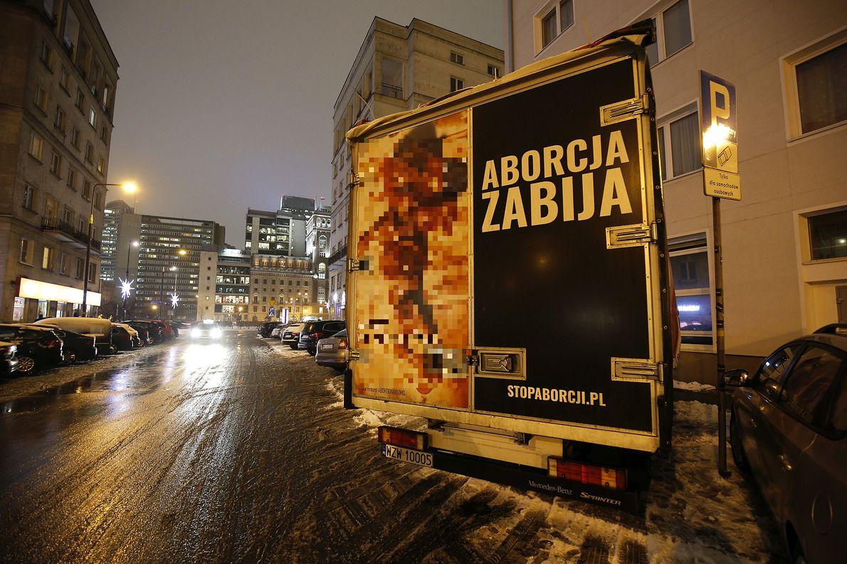 Ciężarówka oklejona zdjęciami płodów rzekomo abortowanych w 11 tygodniu ciąży, używana przez środowiska antyaborcyjne w celach propagandowych