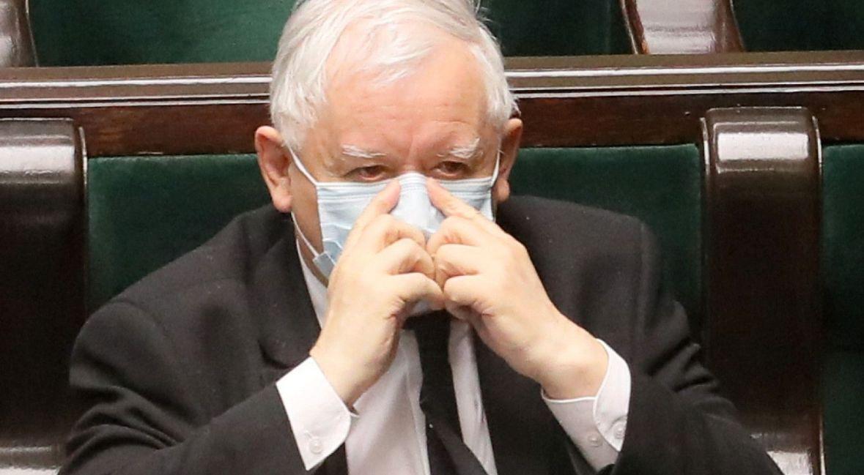 """""""Myślę, że sami tak naprawdę nie wiemy, dlaczego w większości posłusznie zostaliśmy w domach. Czy zadecydowało zaufanie do państwa? Solidarność międzypokoleniowa?"""" Na zdjęciu Jarosław Kaczyński podczas posiedzenia sejmu"""