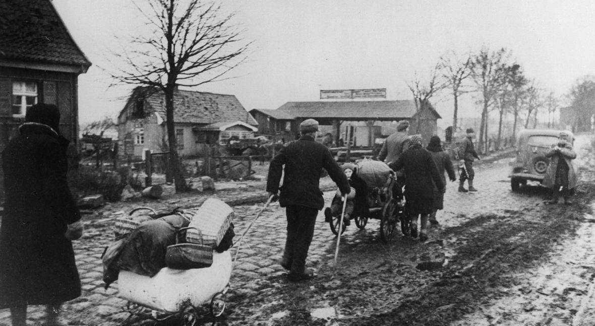 Niemcy uciekają przed nadciągającą Armią Czerwoną. Na opuszczonych przez nich terenach zostaną już tylko Polacy