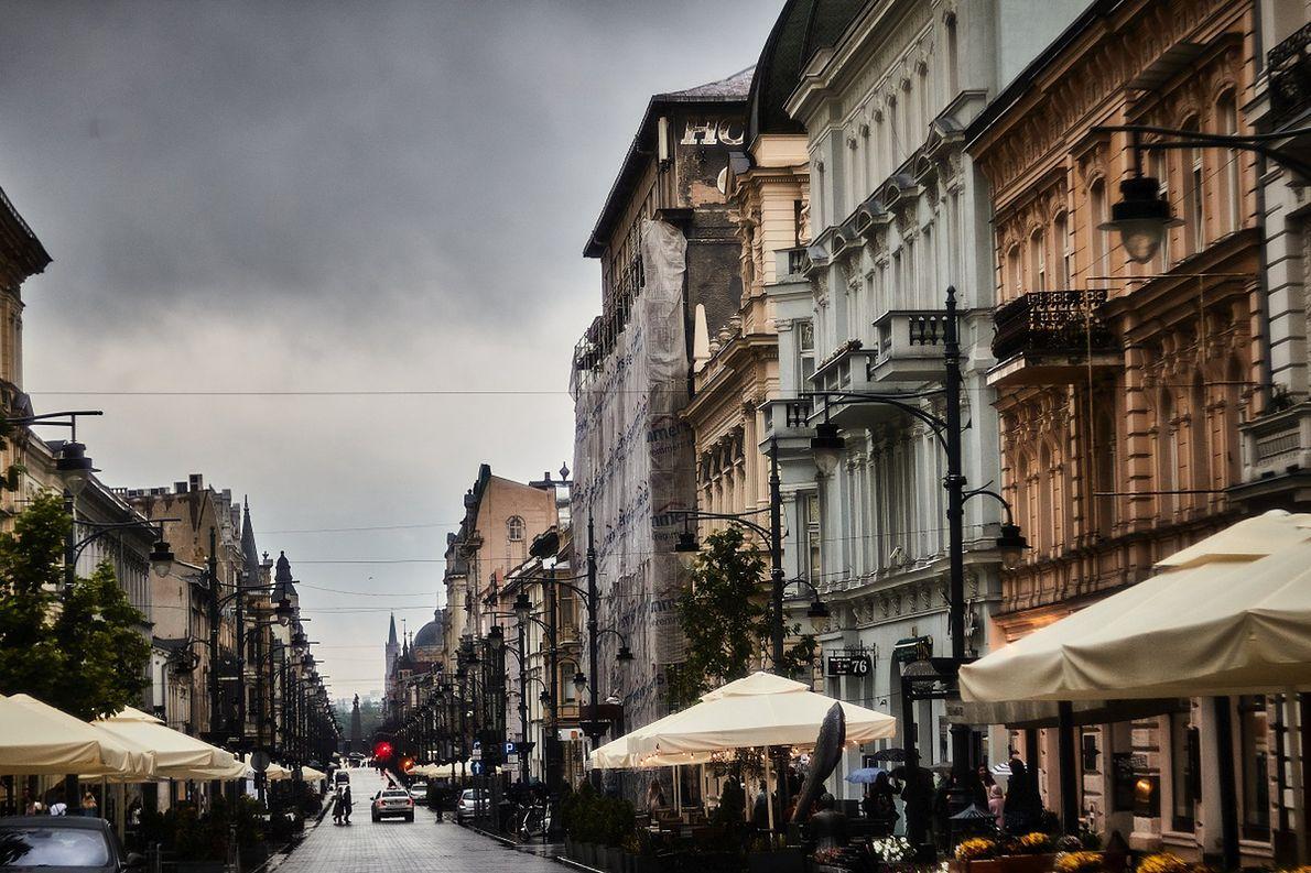 Ulica Piotrkowska w Łodzi w deszczowym dniu
