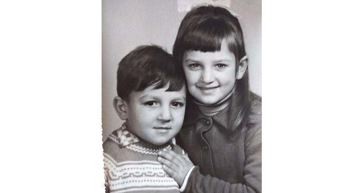 """Zbigniew z siostrą. Dorota: """"No pewnie, że byliśmy z bratem zżyci! Zbyszek jest tylko rok młodszy ode mnie. Mieliśmy kochającą mamę, tato co prawda z nami nie mieszkał, ale mieliśmy też kochających dziadków, wakacje na wsi, piękne dzieciństwo!"""""""
