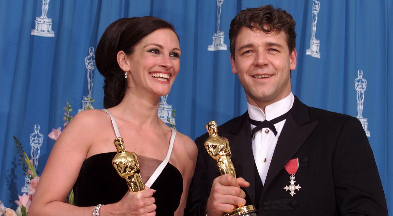 """Julia Roberts (""""Erin Brockovich) i Russel Crowe (""""Gladiator"""") podczas wręczenia Oscarów 2001 dla najlepszej aktor i aktora"""