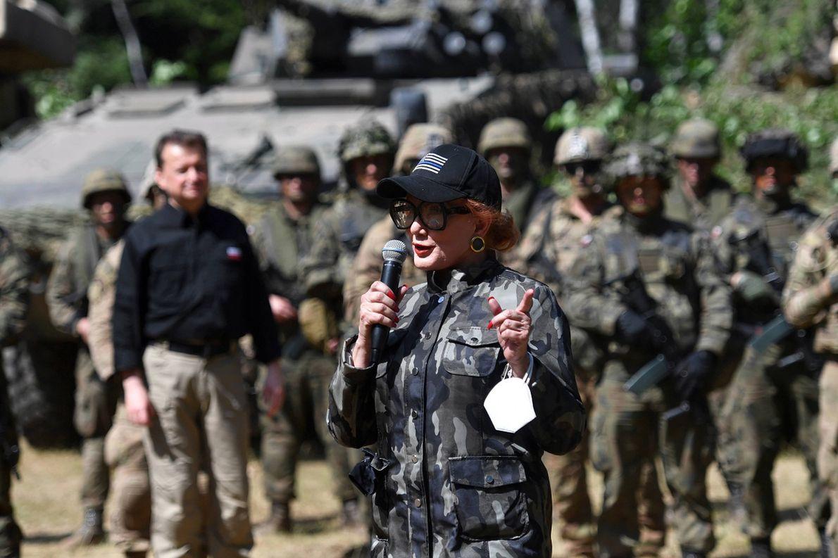 Ambasador Stanów Zjednoczonych w Polsce Georgette Mosbacher podczas briefingu na poligonie drawskim