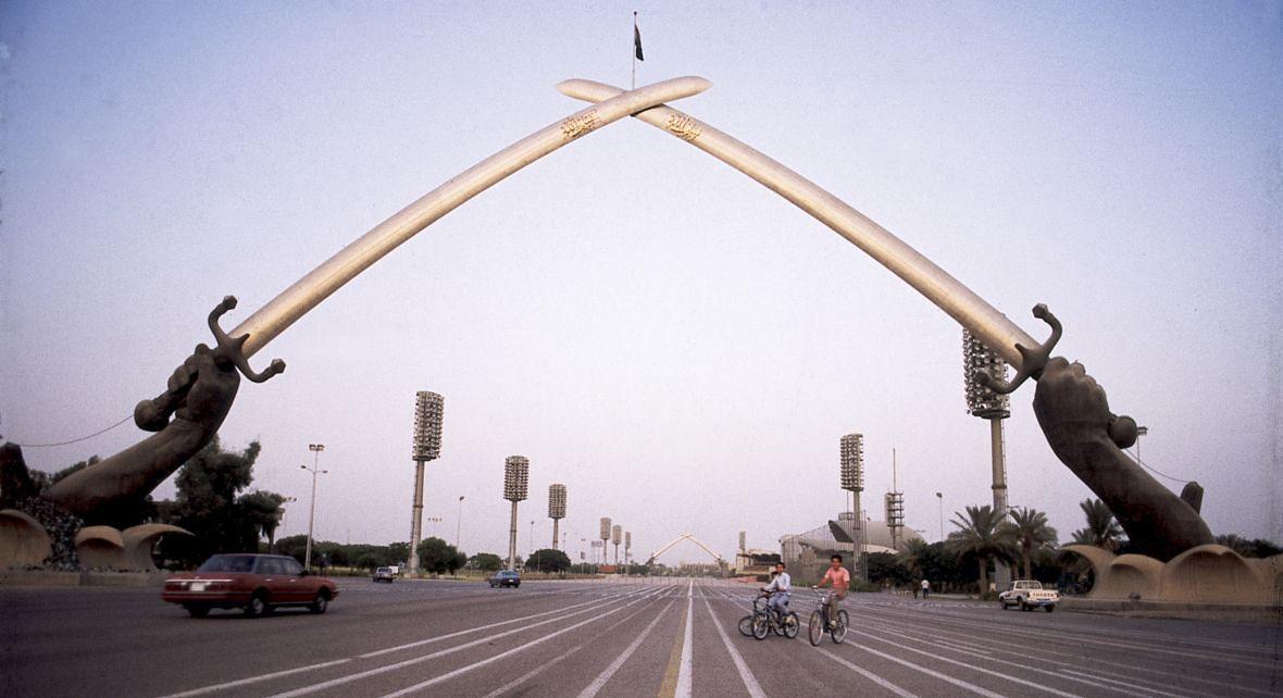 Łuk Zwycięstwa w Bagdadzie. Saddam Husajn zbudował go dla upamiętnienia wojny iracko-irańskiej