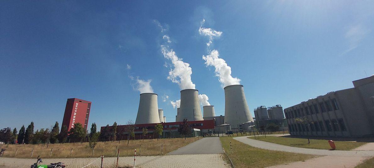 Opalana węglem brunatnym elektrownia Jaenschwalde po niemieckiej stronie. W 2028 roku zostanie zamknięta