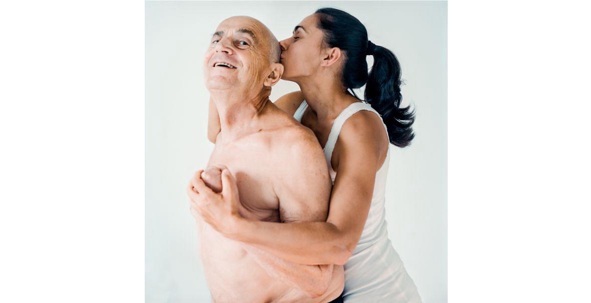 """Urszula Kluz-Knopek: """"Koniec lata"""" to moja ostatnia wspólna fotografia z tatą. Przytulam go, ściskam jego dłoń, całuję odrastające po chemii włosy. Nie widać tego, ale w oczach mam łzy. (...) W 2018 roku końcem lata, powstało tylko to jedno zdjęcie"""