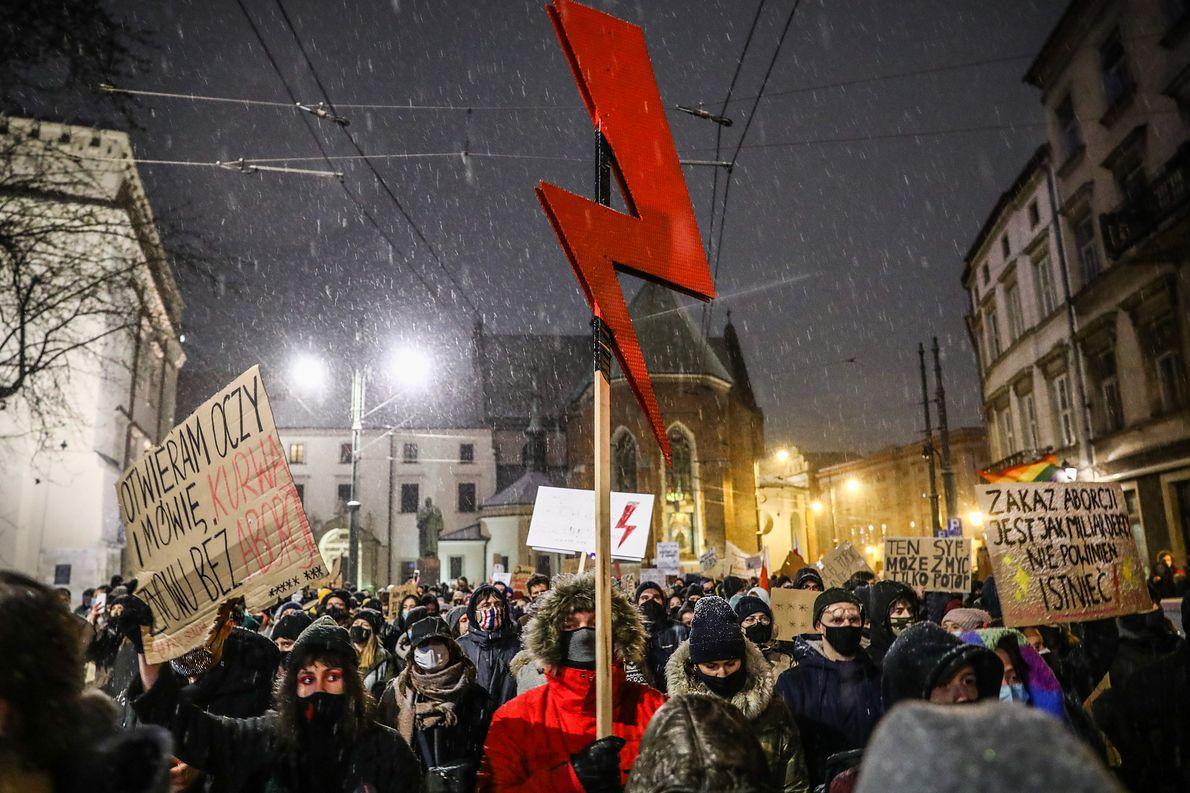 Symbol błyskawicy na proteście kobiet przeciwko zakazowi aborcji, Kraków, Polska, 29.01.2021 r.