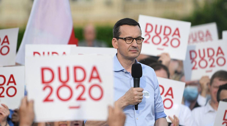 Mateusz Morawiecki na wiecu wyborczym Andrzeja Dudy. Latem premier ogłaszał, że wirus jest w odwrocie