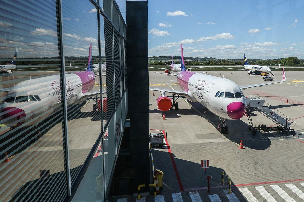Samoloty tanich linii lotniczych na lotnisku w Gdańsku