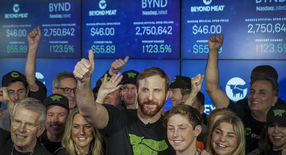 """Firma Dirlango, którą współzarządza Łukasz Wejchert zainwestowała stosunkowo wcześnie w amerykańską spółkę Beyond Meat, która wytwarza roślinne produkty. I był to strzał w """"dziesiatkę"""". Na zdjęciu: Debiut Beyond Meat na Nasdaq, maj 2019 roku"""