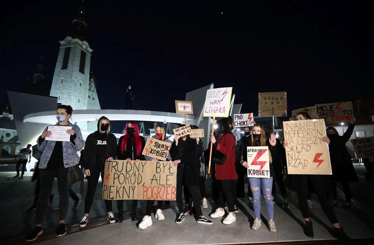 27.10.2020 Limanowa. Protest kobiet przeciwko orzeczeniu Trybunału Konstytucyjnego w sprawie zaostrzenia ustawy aborcyjnej
