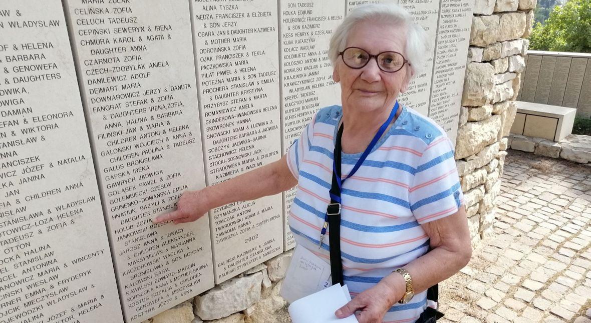 Muzeum Yad Vashem. Zofia Hołub pokazuje swoje nazwisko na pamiątkowej tablicy, na której wymienieni są Sprawiedliwi Wśród Narodów Świata