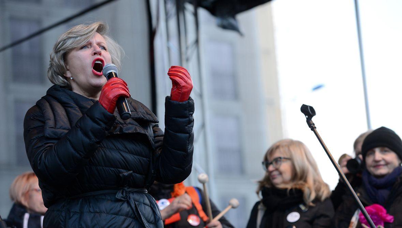 Krystyna Janda od początku krytykowała rządy PiS. Na zdjęciu aktorka wśród uczestników wśród uczestników Międzynarodowego Strajku Kobiet. 8 marca 2017 roku