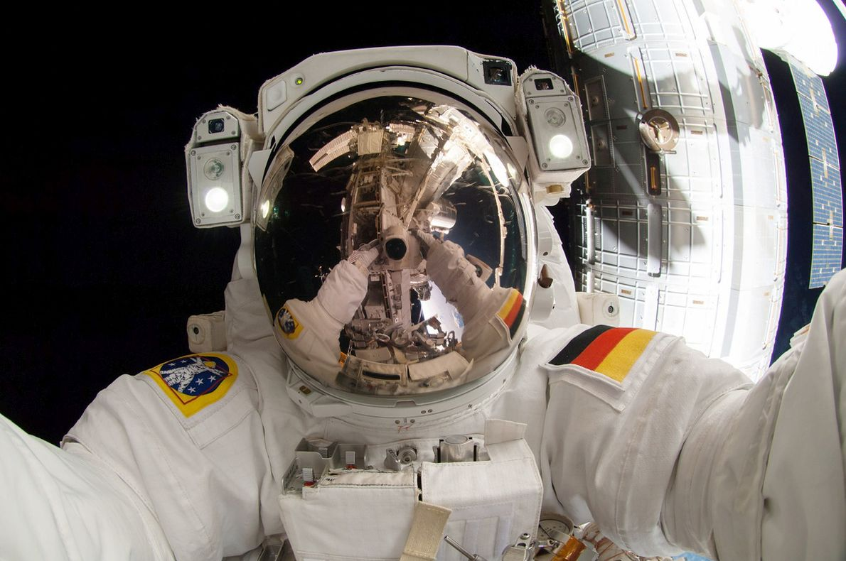 #description=Niemiecki astronauta Alexander Gerst robi sobie selfie podczas kosmicznego spaceru. Gerst śmiałą i szybką decyzją zapobiegł groźnej sytuacji na Międzynarodowej Stacji Kosmicznej#