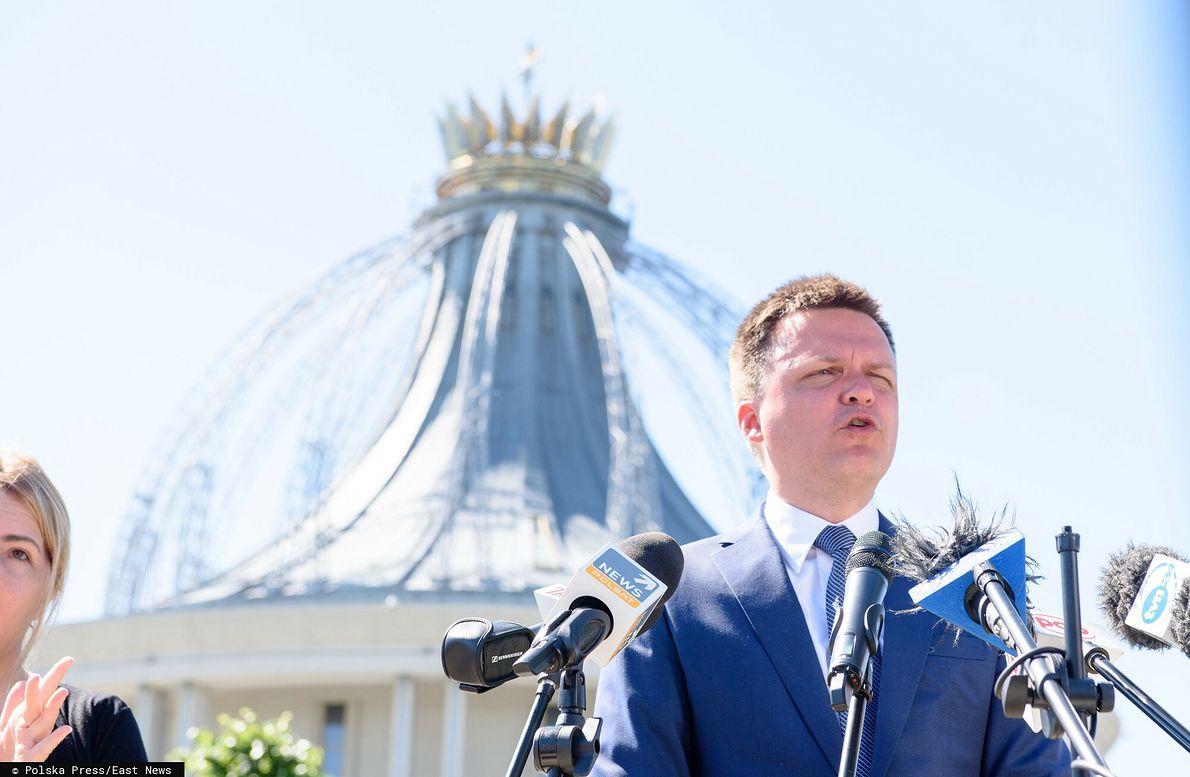 Kampania prezydencka 2020 r. Szymon Hołownia przemawia w Toruniu przed kościołem NMP Gwiazdy Nowej Ewangelizacji i Jana Pawła II