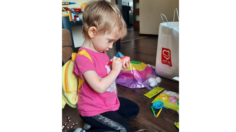 """Gdy mama prosi o posprzątanie zabawek, Hania odpowiada: """"Ja nie chcę sprzątać, ja się chcę dużo bawić. Przecież niedługo zostanę aniołkiem"""""""