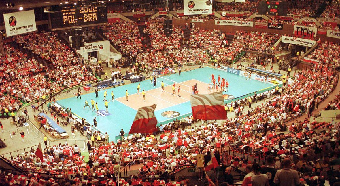Na przestrzeni 50 lat w Spodku odbyło się tysiące imprez. Na zdjęciu: mecz Polska-Brazylia w ramach Ligi Światowej siatkarzy. Lipiec 2002 roku